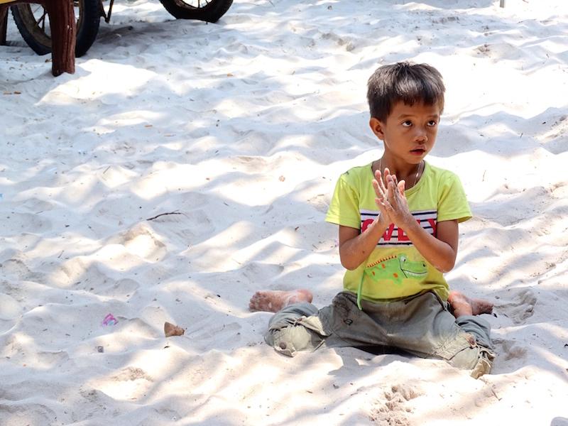 Un enfant qui joue dans le sable juste devant notre guest house