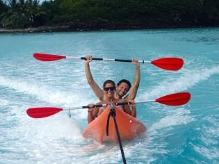 Guido et Agathe teste le kayak-surf à l'arrière du bateau !