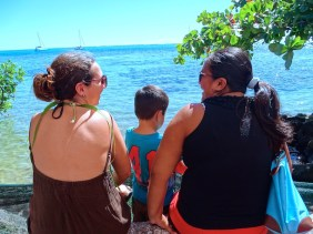 Discussion face à la mer