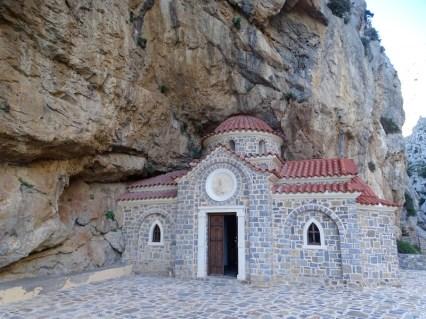 Une chapelle coincée dans la montagne