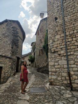 Une femme dans les rues de Sainte-Enimie en Lozère