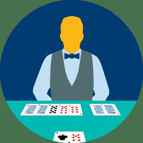 一位發牌官分別持有五張牌和兩張牌,面朝著玩家的兩手牌。