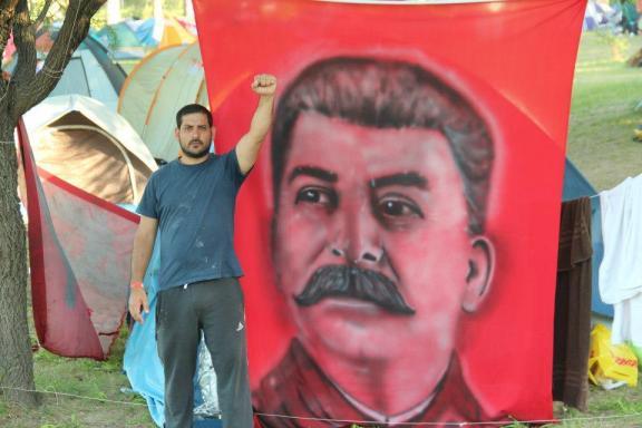 Iconografía stalinista en el último campamento de la juventud del PC