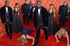 """vi qnNYEsn02DMSRsTOxZIlrKh0Vvuh0uMtbdZ8V0tk Amy Schumer tries to """"prank"""" Kanye West by diving in front of him and pretending to pass out, Kanye reacts by walking away"""