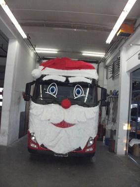 LKW als Weihnachtsmann ..als weihnachtliche Dekoration der besonderen Art
