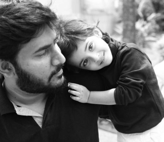 Pai e filha abraçados