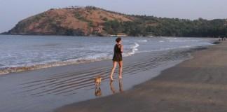 Mulher correndo na praia