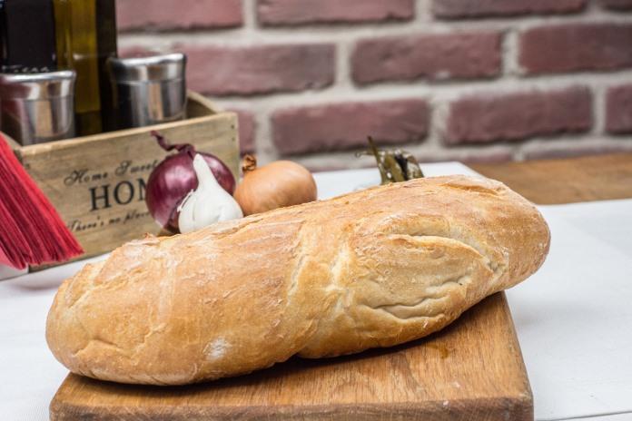 Pão sobre a mesa