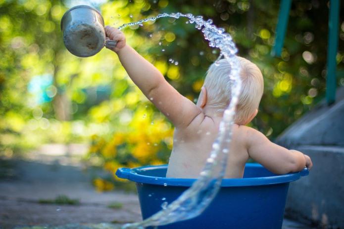 Criança brinca com água