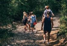 Grupo caminhando