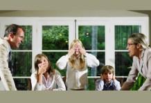 Família discutindo em casa