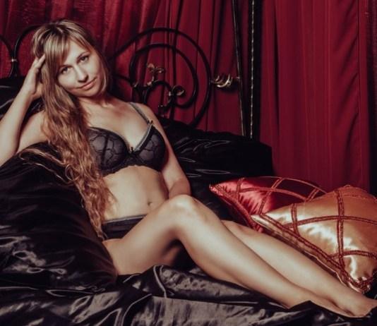 Mulher na cama de lingerie
