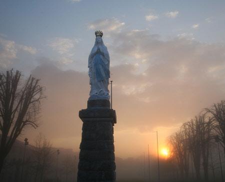 Nossa Senhora Rainha - Pátio do Santuário de Lourdes