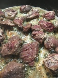 Bak het hertenvlees mooi bruin op hoog vuur