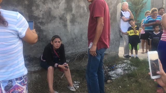 Lo vecinos la querían linchar, los oficiales se la llevaron. ¡Cuide a sus hijos, las bandas siguen operando fuerte en Veracruz!/ Dany Jácome