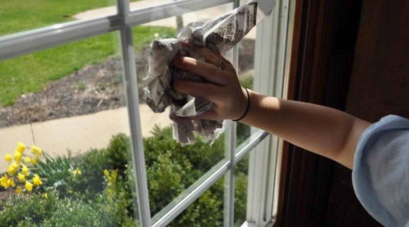 2 astuces pour nettoyer des vitres sans traces et sans produits chimiques. Black Bedroom Furniture Sets. Home Design Ideas