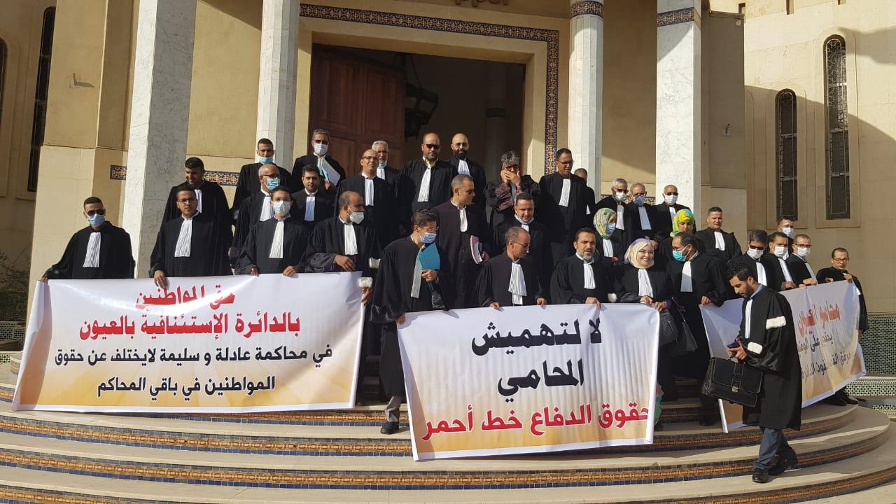محامو العيون والداخلة يحتجون ببذلاتهم المهنية ويقاطعون جلسات المحاكم