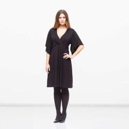 Plus Size Modell Izzy mit tiefem Ausschnitt und Fluegelaermeln - Plus-Size-Kollektion von Akuéson - Bild: Akueson.de