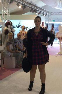 Karo-Look für Curvys I Plus Size Model Angelina Denk zeigt die Kollektion von Studio Untold I PlusPerfekt.de