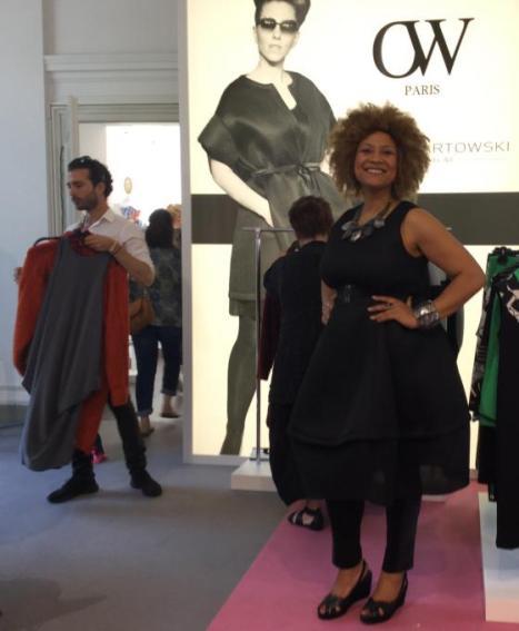 Ein Model präsentiert uns die aktuelle Plus Size Kollektion von Olivier Wartowski I PlusPerfekt.de