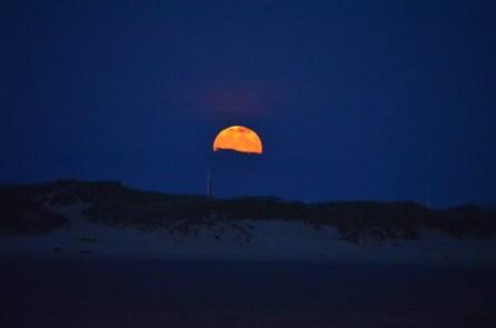 Teilweise von den Wolken verdeckt I Mondaufgang über den Dünen von Lakolk