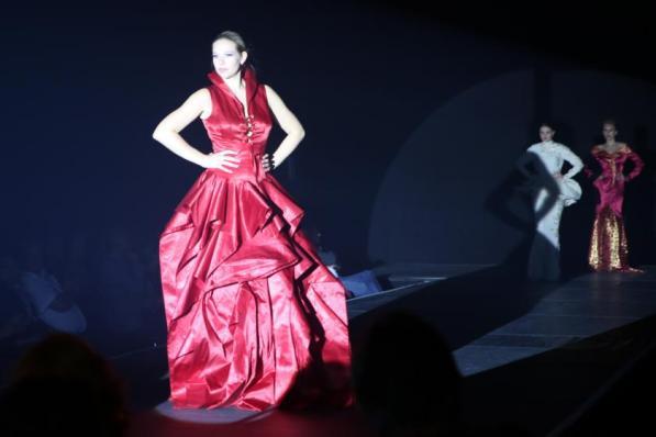 Kleidertraum in Rot I Abendkleid I Kreiert im Rahmen des Modeseminars mit Harald Glööckler I Modeschule Brigitte Kehrer I Bild: PlusPerfekt