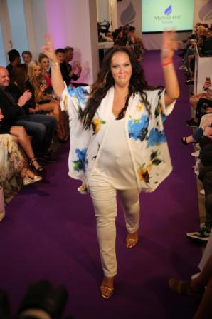 Allegra Curtis auf dem Laufsteg I Manou Lenz Fashion Show I Fashion Week Berlin