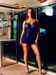 Ashley Graham präsentiert ein Modell aus der Dreamer Dessous Kollektion I Bild: Addition Elle