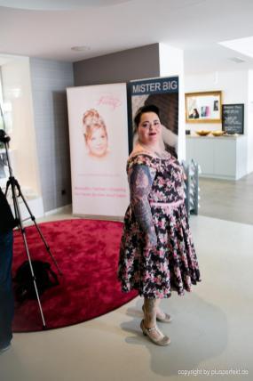 Kandidatin beim Casting zur Wahl der Fräulein Kurvig im Indigo-Hotel in Düsseldorf