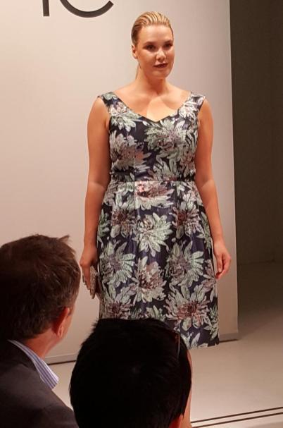 Fine Bauer präsentiert ein Kleid aus der Guido-Kollektion