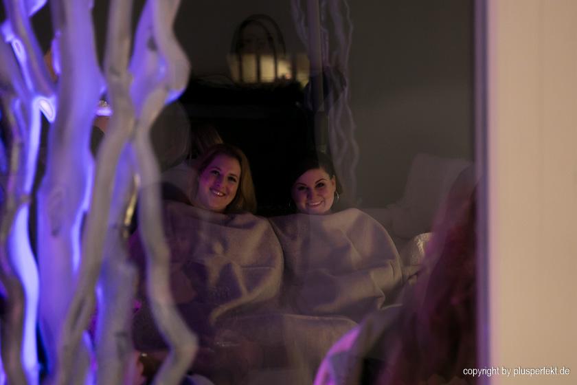 Melina und Nina unter einer Decke
