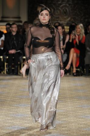 Transparente Bluse zum Glamourrock in Lang I Christian Siriano I Transparent long-sleeved Top combined with a maxi skirt by Christian Siriano