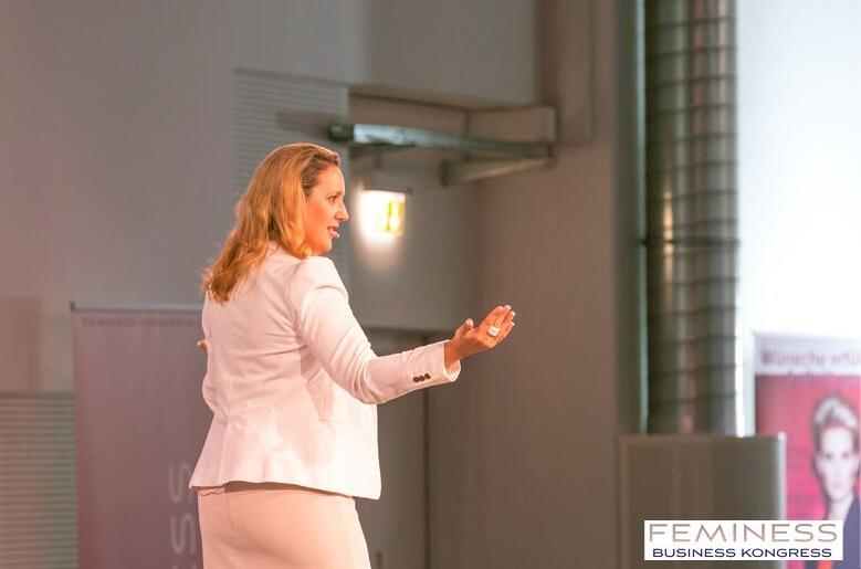 Marina Friess auf der Kongress Bühne SDS Photo Design preview