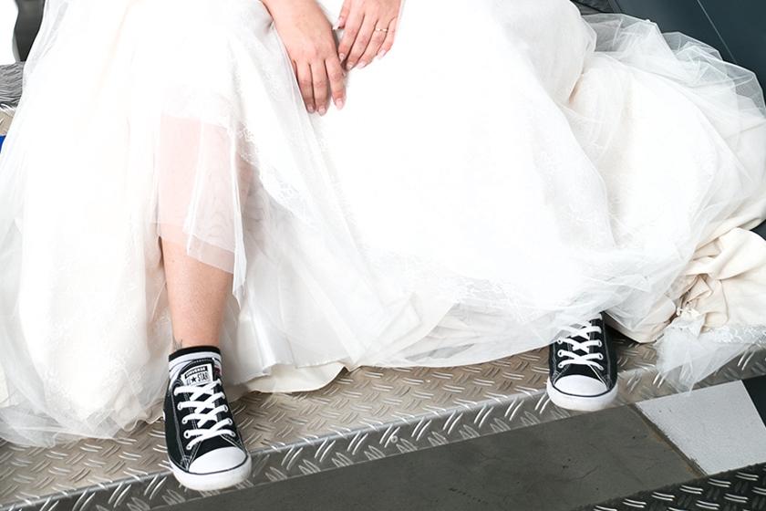 Sneaker statt Ballerinas oder Hochzeitspumps? Da scheiden sich die Geister