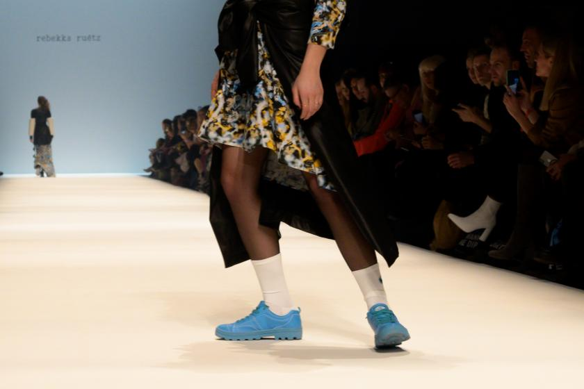 Sneakers goes Fashion | Rebekka Ruétz Kollektion Herbst-Winter 2020 | Credits: obs/Skechers USA Deutschland GmbH/Martin Loos