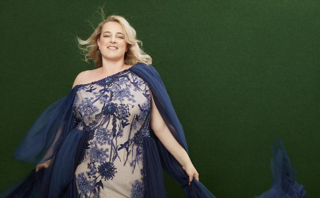 Couture-Abendkleid in Nude & Blau, der Pantone-Farbe des Jahres 2020