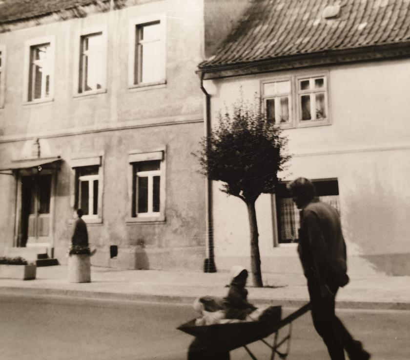 Stefanie Ludewig und ihr Vater auf dem Weg zur Baustelle | Sommer 1980