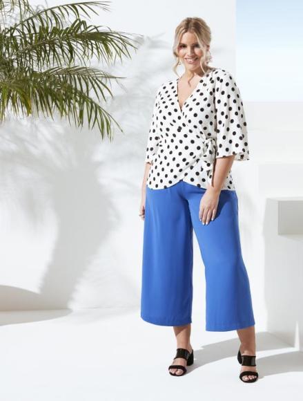 Angelina Kirsch präsentiert Mode ihrer eigenen Kollektion