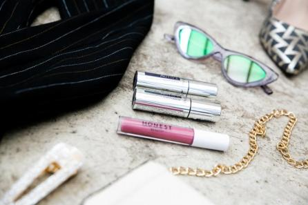 Tasche und Haarschmuck von Bijou Brigitte | Pumps von Heine | Lipstick von Honest