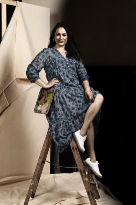Leonie Koch in einem Kleid aus der neuen sheego Kollektion