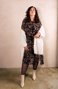 Transparentes Kleid mit Blumenprint zur Oversized Strickjacke | Happy Size