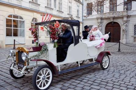 Das Brautpaar im charmanten Hochzeitsoldtimer