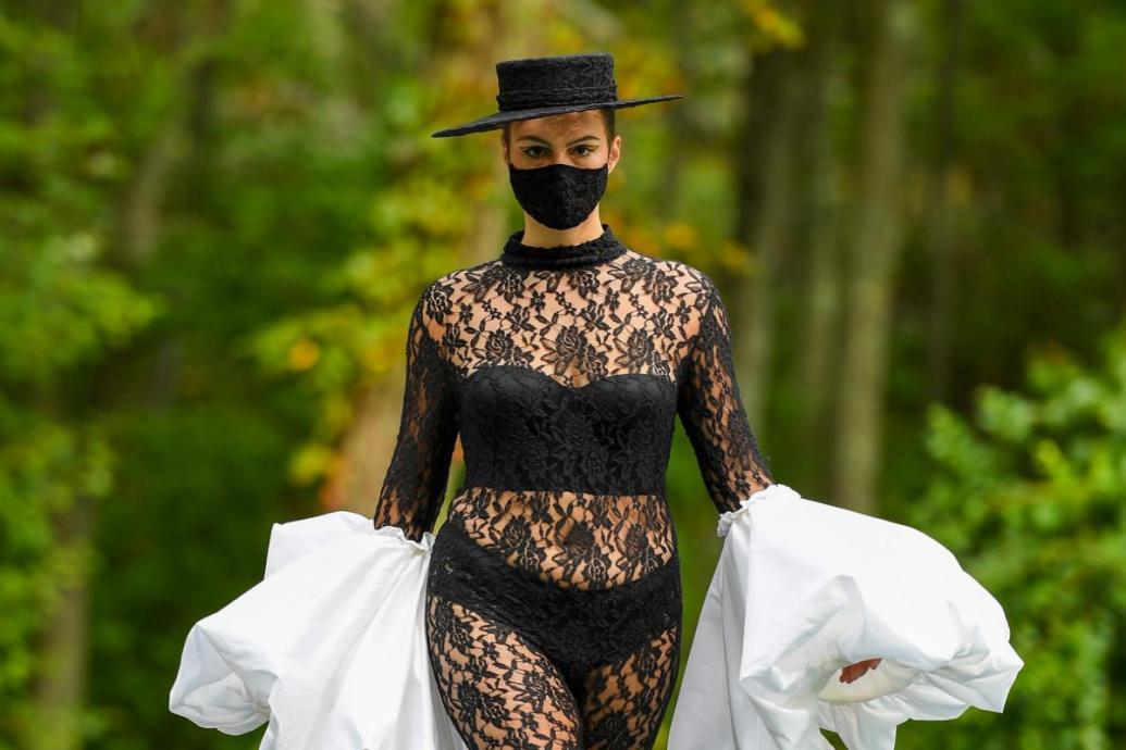 Curvy Model im Spitzen-Suit   Kollektion 37   Christian Siriano