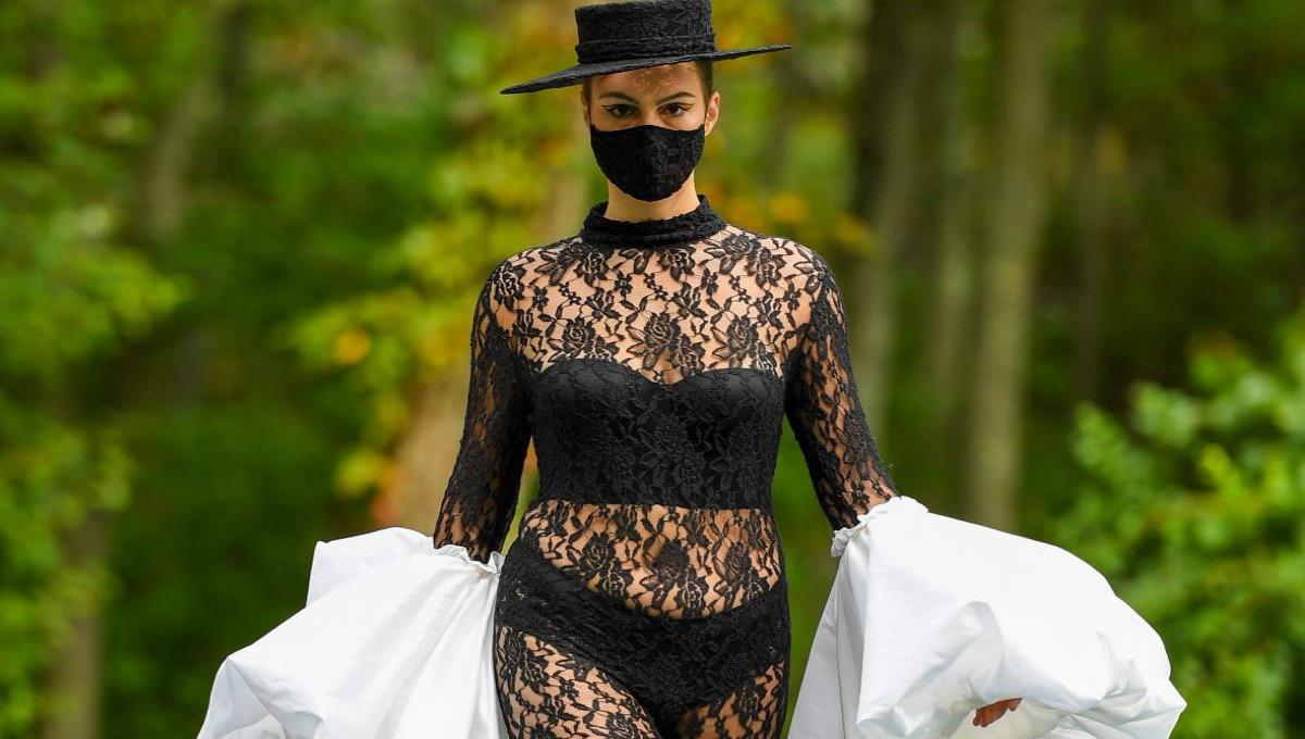 Curvy Model im Spitzen-Suit | Kollektion 37 | Christian Siriano