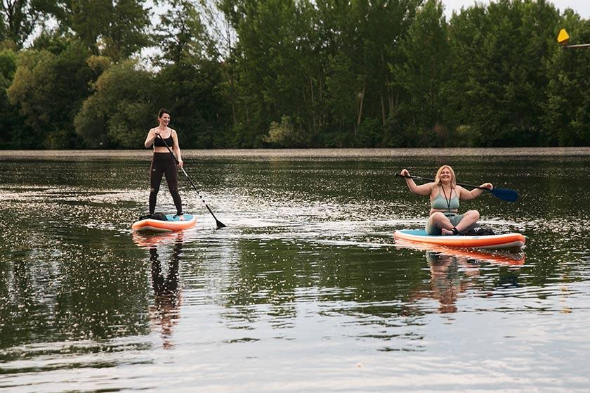 SUP auf dem Main: Kathy beherrscht es schon perfekt, Vivi bleibt lieber erstmal auf dem Board sitzen