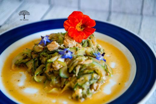 Zucchini mit Feta und Lachs auf Teller mit Kapuzinerkresse