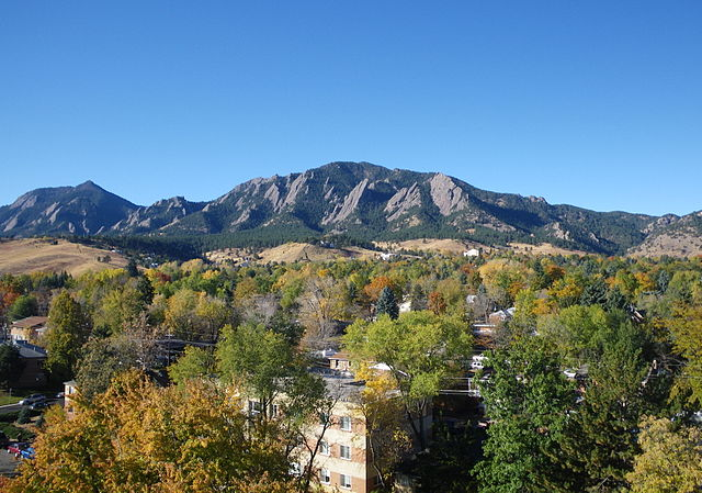 640px-The_Flatirons_in_autumn.