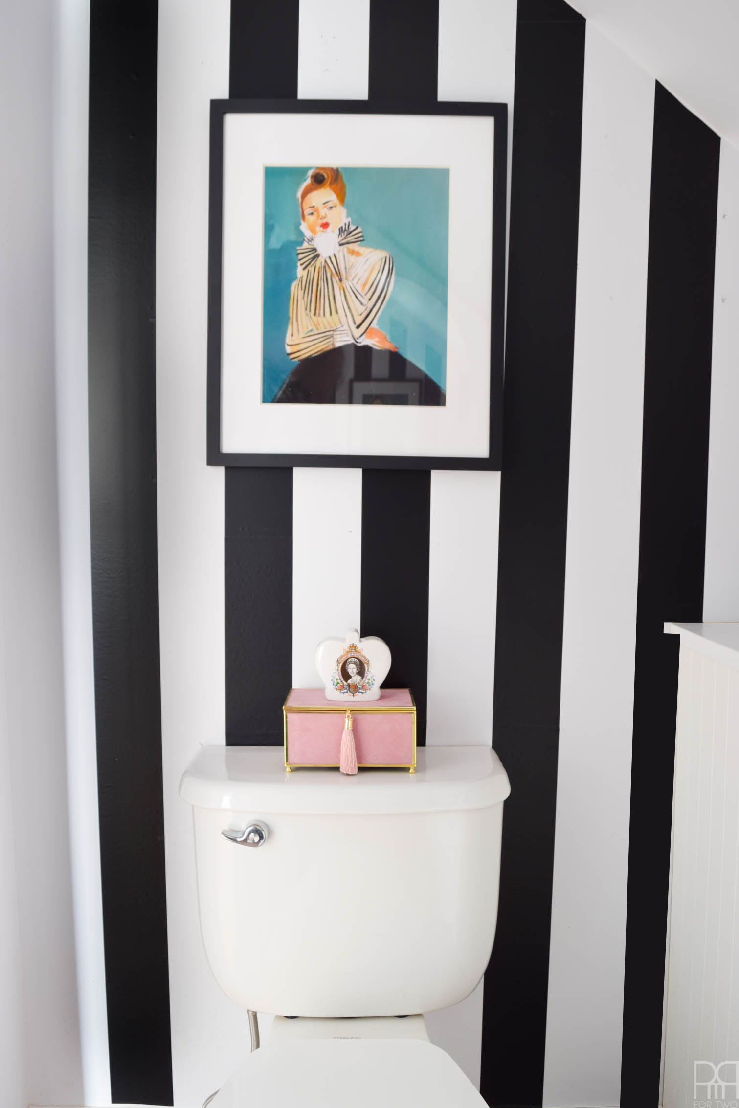 Ever wanted to go for a bold striped wall, but were afraid of the commitment? With Tempaper's stripes, you can easily create your own pattern. The best part is that you can remove and re-position things!