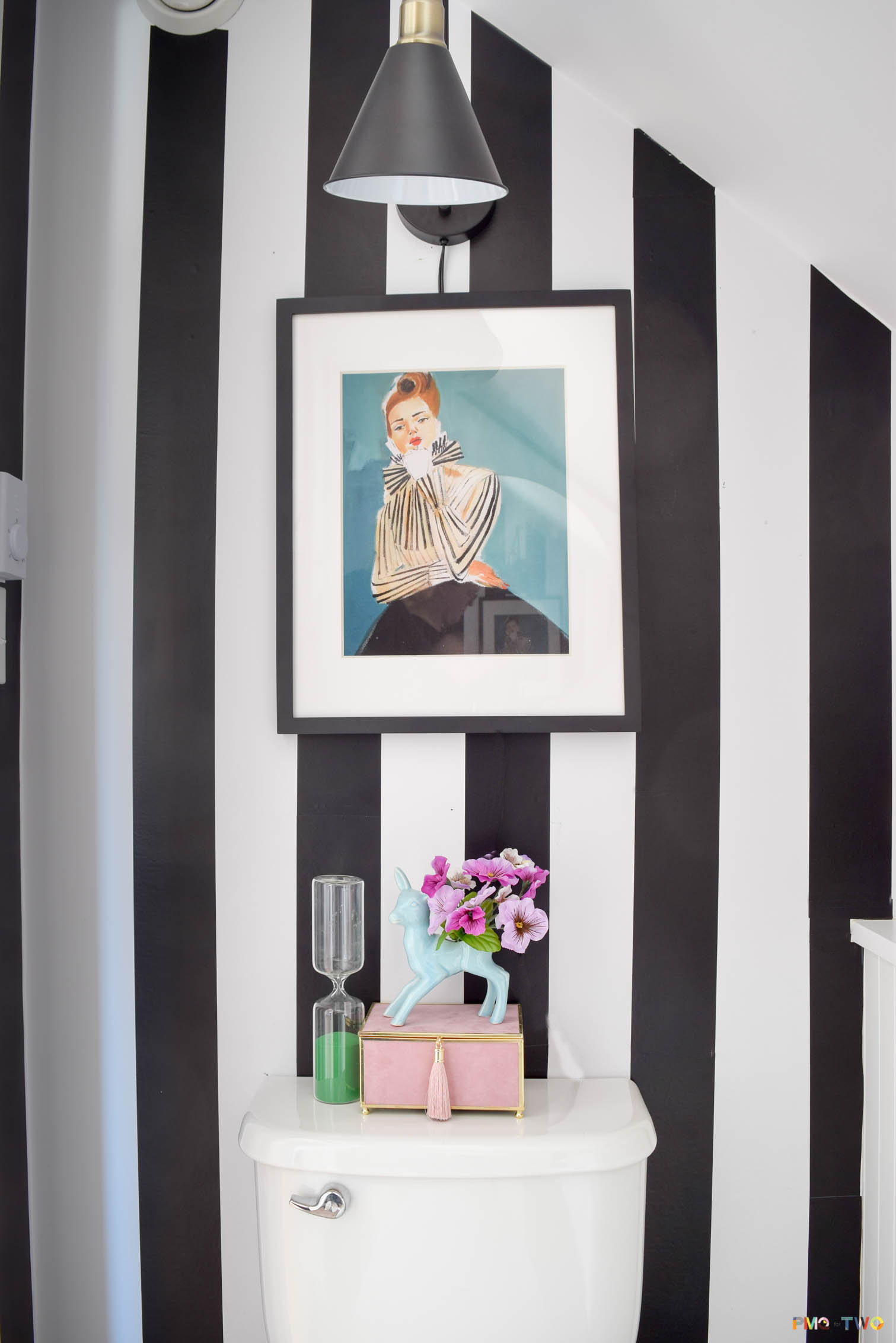 Bring a little razzle dazzle to your bathroom with this Kate Spade inspired powder room makevoer. With the right accessories - all is transformed. Grab yourself some removable wallpaper to create vertical black and white stripes, an articulated sconce for sexy lighting, and tons of great brass hardware are the key to this space.