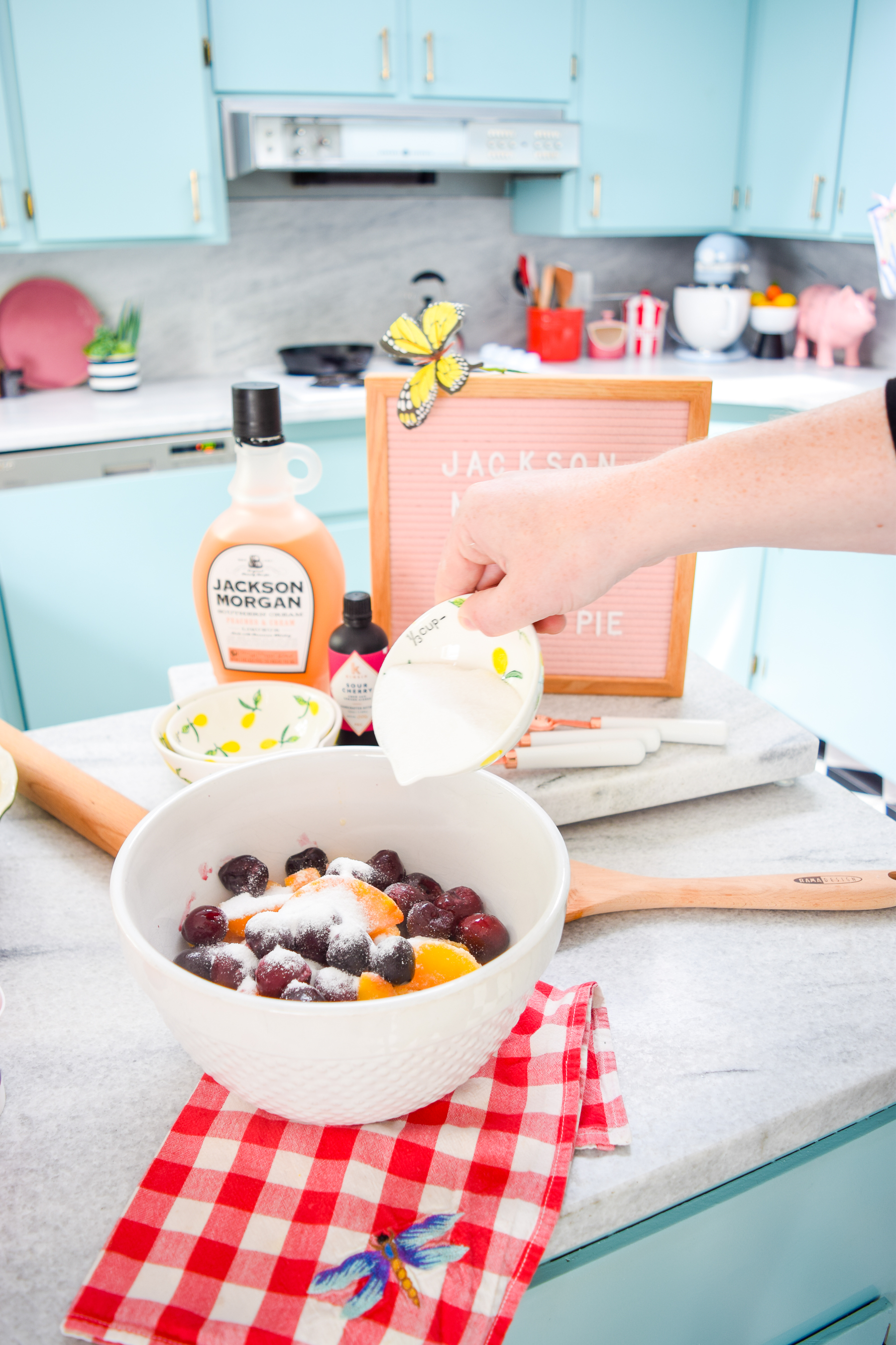 Whip up a boozy peach & cherry pie in time for the long weekend! You won't regret putting these flavours together with a dash of Jackson Morgan Cream.